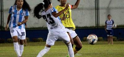 Un duelo intenso protagonizaron anoche Real Santander y Alianza Petrolera en el inicio de la segunda edición de la Liga Profesional de Fútbol Femenino, que ganó el once porteño 1-0.