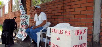 El hombre, que viene de Sincelejo, ayer cumplió 8 días de estar encadenado a un árbol frente a la puerta del 25 de agosto de la refinería, con unas pancartas y sus pertenencias, a la espera de que la empresa lo escuche.