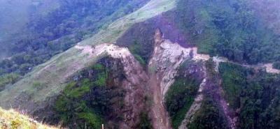 La retroexcavadora y su operario fueron empujados por el deslizamiento más de 50 metros, según las autoridades.