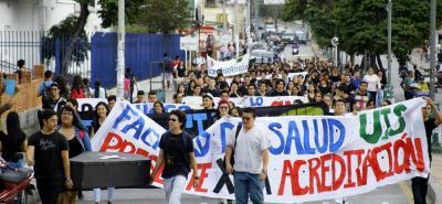 A la marcha de trabajadores del HUS también fueron convocados los estudiantes y profesionales de la salud de la UIS, según explicaron, porque lo planteado por la gerencia del centro asistencial afecta las prácticas universitarias.
