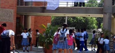 Los estudiantes de noveno convocaron ayer una protesta pacífica dentro de las instalaciones de la Institución como un mecanismo para hacer un llamado de atención a la Secretaría de Educación municipal, en el que exigen mejores aulas para recibir clases.