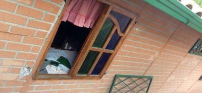 Destruyendo los vidrios de una ventana, delincuentes se metieron, el pasado martes, a robar a una parcela en la vereda La Fuente.