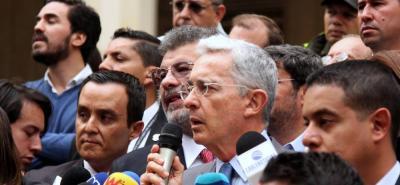 En medio de un centenar de seguidores, Álvaro Uribe Vélez respondió los señalamientos que han surgido tras la petición de la Corte Suprema de Justicia de investigarlo por presunta manipulación de testigos en contra del senador Iván Cepeda.