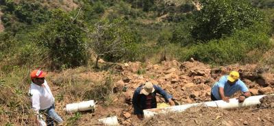 Debido a un deslizamiento de tierra se dañó la tubería que se surte del embalse Los Pozos para abastecer a 484 usuarios en la zona urbana de Los Santos.