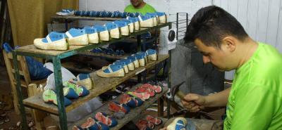 La caída del arancel mixto, el aumento del IVA y la Reforma Tributaria han afectado al sector del cuero y del calzado de Bucaramanga. No obstante, Calzado María Félix continúa buscando alternativas y estrategias para ampliar el mercado nacional e internacional.