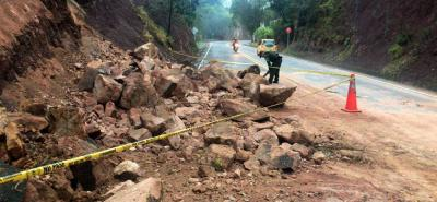 Ante la caída de rocas en la vía que va al Aeropuerto Internacional Palonegro se restringió el paso por un carril.
