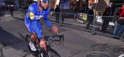 Así, manejando su bicicleta con una mano llegó a la meta de la sexta etapa de la Tirreno - Adriático el velocista Colombiano Fernando Gaviria, tras sufrir una fuerte caída que le dejó una fractura en espiral de metacarpiano 1 en la mano izquierda, por lo que será operado hoy en Bélgica.