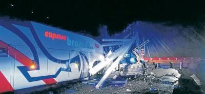 El choque entre un bus de Brasilia y un camión ocurrió el martes en la madrugada.