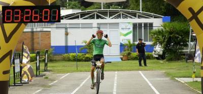 Wílmer Montaña (arriba de verde) y Ana Cristina Sanabria fueron los campeones de la primera edición de la carrera Guerrero Guane MTB - Por las bravas tierras de Santander.