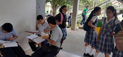 Muchos estudiantes del Colegio Integrado Los Santos permanecen sin clases, hasta cuatro horas al día.