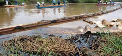 Ecopetrol ha instalado diques de contención y otras estructuras para controlar la mancha de crudo y de lodo, que ayer llegó al río Sogamoso.