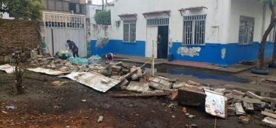 A pesar de que se tomaron medidas frente a esta situación, los padres de familia esperan a que también derriben el baño y otra pared que se encuentran en riesgo de colapso.