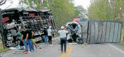 Cada uno de los vehículos quedó a un lado de la vía luego de la fuerte colisión.
