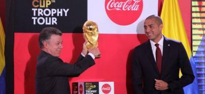 En la Casa de Nariño, el presidente Juan Manuel Santos le dio la bienvenida oficial a Colombia a la Copa Mundial de Fútbol de la Fifa. La gira del preciado trofeo se implementó desde el Mundial de Fútbol de Alemania 2006.