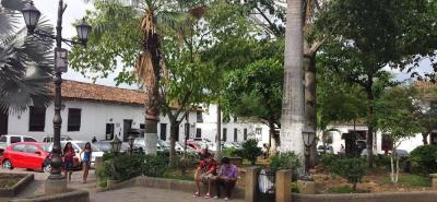 El parque es la plaza central del municipio y su fundación data de 1631, a la par con la de Girón.