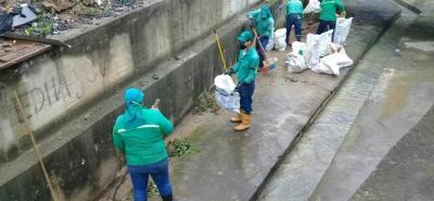 La cuadrilla de limpieza de Empulebrija retiró los desechos de la canalización de la quebrada, ubicada en el casco urbano.