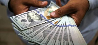 El dólar alcanzó un precio de $2.705,34, lo que representa una caída de $4,69.