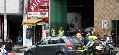 Con apoyo de las cámaras de seguridad, los uniformados de la Policía Metropolitana de Bucaramanga tratan de dar con la identificación de los presuntos delincuentes y su posible paradero.
