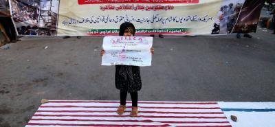 Los simpatizantes de la organización musulmana chiíta Imamia Students Organiztion gritan consignas durante una protesta contra la ofensiva estadounidense, francesa y británica contra Siria.