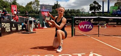 La joven eslovaca Anna Karolina Schmiedlova derrotó en la final del Claro Open - Colsanitas WTA de Bogotá a la española Lara Arruabarrena en dos sets, con parciales de 6-2 y 6-4, coronándose campeona del torneo capitalino en su primera intervención.