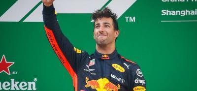 El australiano Daniel Ricciardo logró su primera victoria del año y la sexta de su carrera en la Fórmula Uno, tras imponerse ayer en el Gran Premio de China, disputado en Shanghái, en el que fue escoltado por los finlandeses Valteri Bottas (Mercedes) y Kimi Räikkönen (Ferrari).