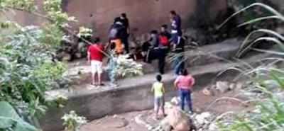 Alberto Guevara Rivera sufrió varias heridas luego de caer 10 metros desde un puente.