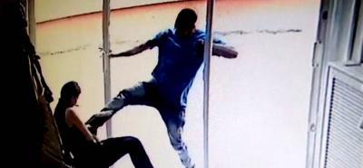 Este es el instante en que hombre capturado agrede a la comerciante y quedó grabado en una cámara de vigilancia del lugar.