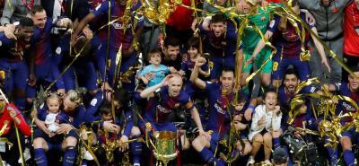 El Barcelona, rey de Copas con 30 trofeos, logró ayer por primera vez encadenar cuatro títulos seguidos, con lo que igualó el póker que hace decenios alcanzó el Real Madrid y el Athletic Club, y se hizo con el título en propiedad por sexta vez.