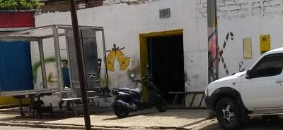 La carrera 17 con calle 5, del barrio Los Comuneros, siempre se ve invadida de motocicletas, camiones y otro tipo de vehículos, los cuales están a la espera de ser reparados.