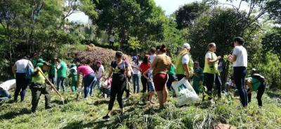 Funcionarios y la comunidad unieron esfuerzos para limpiar las zonas verdes contaminadas en Girón.