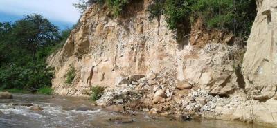 Los habitantes de cinco barrios del municipio han expresado su preocupación por tres derrumbes de una ladera en el Río de Oro, lo cual temen que pueda provocar una avalancha en caso de fuertes lluvias.