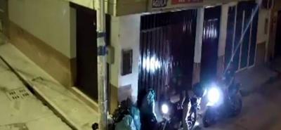 Una cámara registró el momento en que motociclistas dejan basura en la calle 12 con carrera 13a, en plena zona céntrica.