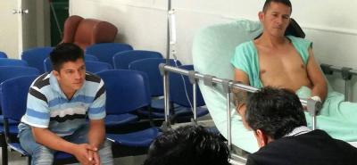 Nelson Quintero Hernández (herido), quien fue enviado a la Cárcel Modelo de Bucaramanga registraba dos sentencias condenatorias por hurto. Yeison Rueda López (camisa azul) quedó con detención domiciliaria.