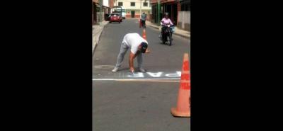 Los habitantes de Santa Cruz, cansados del abandono de las autoridades, decidieron pintar las señales de 'Pare'.