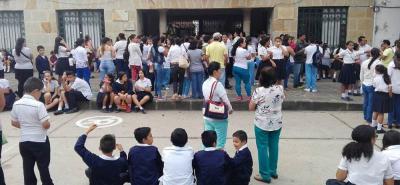 Desde el colegio San Carlos hasta la Alcaldía Municipal de San Gil, marcharon pacíficamente los padres de familia, docentes y estudiantes de la institución educativa.