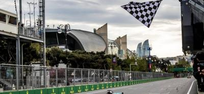 El piloto británico Lewis Hamilton (Mercedes) venció ayer en Bakú, en la locura del Gran Premio de Azerbaiyán, beneficiado por el drama de su compañero, el finlandés Valtteri Bottas.