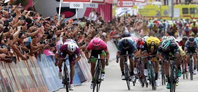 El italiano Elia Viviani (Quick Step) logró el doblete en el Giro de Italia al imponerse al esprint en la tercera etapa.