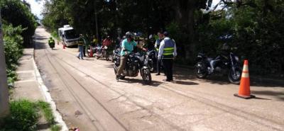 De manera conjunta, policías, agentes de tránsito y reguladores viales llevan a cabo los operativos en el sector de Los Sauces, enseguida de la bomba de TransLebrija.