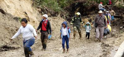 Cerca de 260 unidades de la Autovía Bucaramanga - Pamplona, Policía, Bomberos de Floridablanca y Bucaramanga, Defensa Civil, Ponalsar y Cruz Roja, trabajan en el corredor Bucaramanga - Cúcuta que aún permanece cerrado.