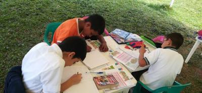 Desde comienzos del año pasado, los estudiantes de la sede G del colegio Ecológico reciben clases en una carpa que fue acondicionada como aula.