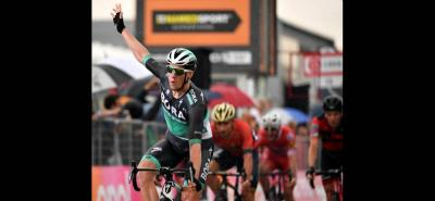 El irlandés Sam Bennett (Bora) se impuso en la duodécima etapa del Giro de Italia que se disputó entre Osimo e Imola, con un recorrido de 213 kilómetros, en la que el británico Simon Yates (Mitchelton) mantuvo la maglia rosa de líder.
