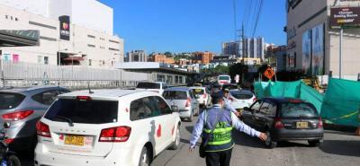 Conductores han señalado que las personas que están a cargo de las obras del Tercer Carril se toman incluso hasta un carril, situación que entorpece aún más la movilidad.