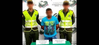 A este hombre le fueron halladas varias bolsas plásticas con cocaína y bazuco.