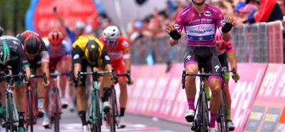 El pedalista italiano Elia Viviani (Quick-Step - Floors) logró ayer su tercera victoria de etapa en la presente edición del Giro de Italia, y se afianzó en la clasificación por puntos.
