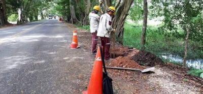 Las autoridades de Yondó, Antioquia, trabajan en la iluminación de un tramo de la vía que comunica a Barrancabermeja, como parte de su propósito de generar una percepción de seguridad en este corredor vial.