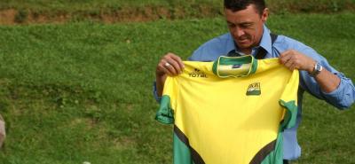 Carlos Mario Hoyos volverá a enfundarse la camiseta del Atlético Bucaramanga. Será la tercera vez que el antioqueño dirija al equipo santandereano con el que clasificó a la Copa Libertadores de 1998 tras el subtítulo del Fútbol Colombiano el año anterior.