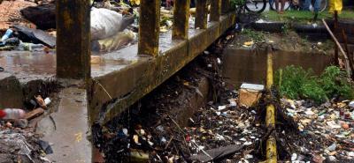 En inminente riesgo se encuentra el puente vehicular sobre el sector de Pozo Siete.