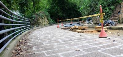 La estructura de pavimento que se aplica en esta vía rural tiene como capa de rodadura la piedra barichara que proviene del municipio de Villanueva.