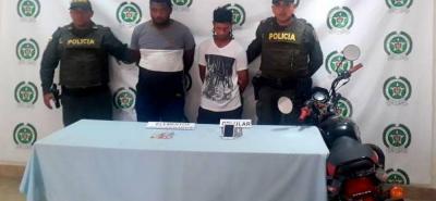 Estos dos hombres fueron detenidos minutos después de robar sus pertenencias a una joven de 17 años de edad.