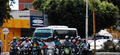 De acuerdo con el Decreto 193 de 2018, no podrán circular motocicletas con parrillero, sea este hombre o mujer, durante 12 horas desde el domingo a las 6:00 a.m. hasta ese mismo día a las 6:00 p.m.